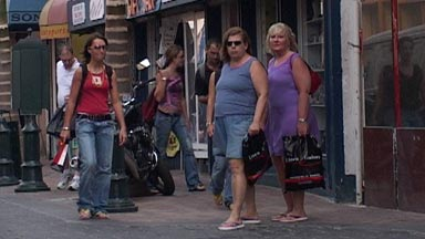 Cruise passengers shopping at Front Street