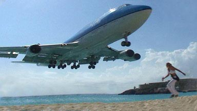 Girl escapes from airplane on Maho Beach